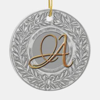 Guirnalda del laurel con el monograma del oro en p ornamentos para reyes magos
