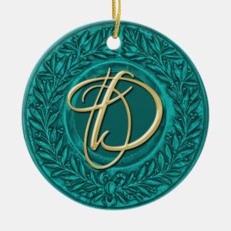 Guirnalda del laurel con el monograma del oro en t ornamento de navidad