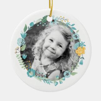 Guirnalda floral delicada personalizada de la foto adorno navideño redondo de cerámica
