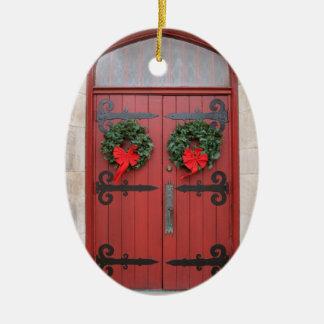 Guirnaldas en el ornamento rojo de la puerta adorno de navidad
