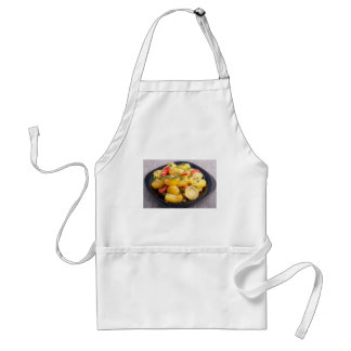 Guisado de patatas con la cebolla, el paprika y el delantal