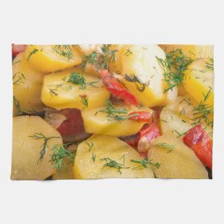 Guisado de patatas con la cebolla, el paprika y el paño de cocina