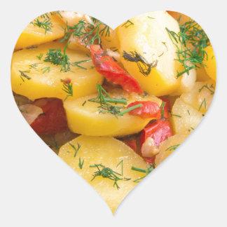 Guisado de patatas con la cebolla, el paprika y el pegatina en forma de corazón