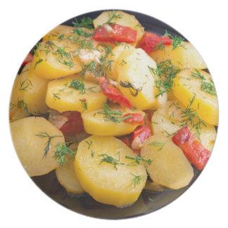Guisado de patatas con la cebolla, el paprika y el platos