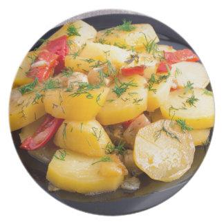 Guisado de patatas con la cebolla, el paprika y el platos para fiestas