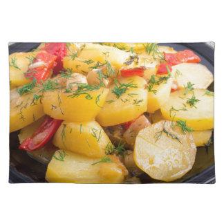 Guisado de patatas con la cebolla, el paprika y el salvamanteles