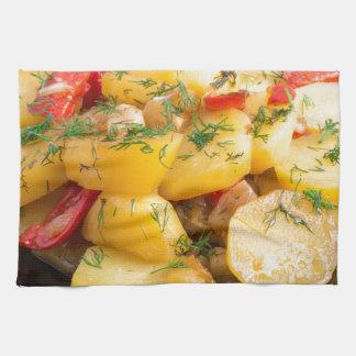Guisado de patatas con la cebolla, el paprika y el toalla de mano