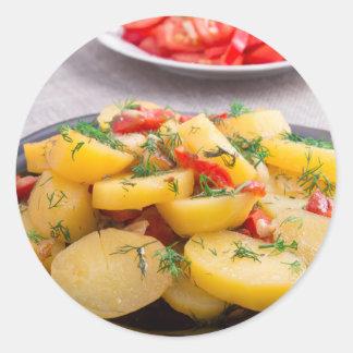 Guisado de patatas con la cebolla, paprika, hinojo pegatina redonda
