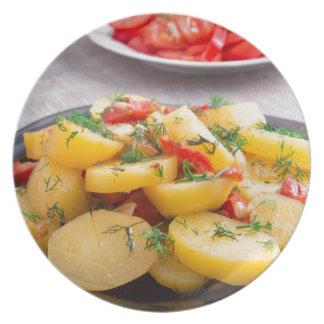 Guisado de patatas con la cebolla, paprika, hinojo platos para fiestas