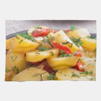 Guisado de patatas con la cebolla, paprika, hinojo toalla de cocina