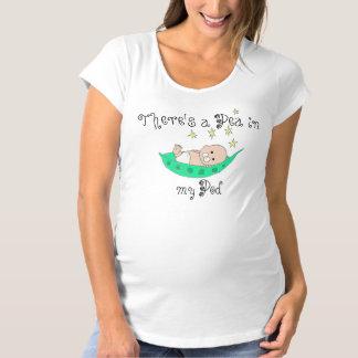Guisante de bebé en una vaina camisetas