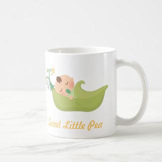 Guisante de olor en un bebé lindo de la vaina taza de café