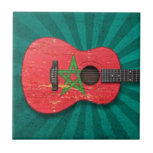 Guitarra acústica envejecida y llevada de la bande tejas
