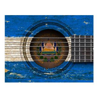 Guitarra acústica vieja con la bandera de El Postal