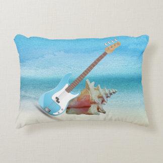 Guitarra azul y playa abstracta del Seashell