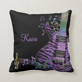 Guitarra púrpura personalizada con las notas del cojín decorativo