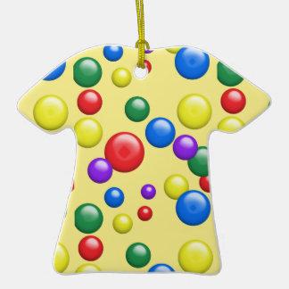 Gumballs multicolor en amarillo adorno de cerámica en forma de camiseta