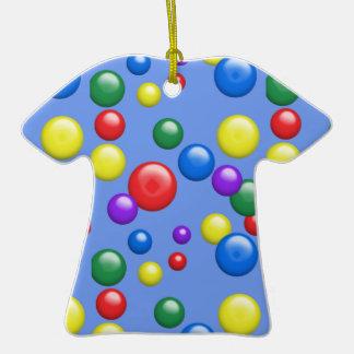 Gumballs multicolor en azul adorno de cerámica en forma de camiseta