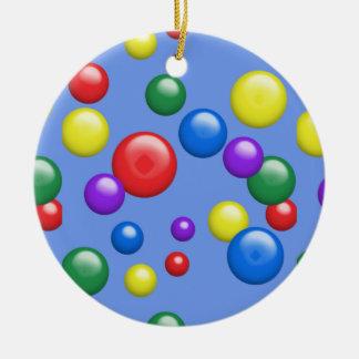 Gumballs multicolor en azul adorno redondo de cerámica