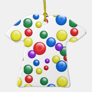 Gumballs multicolor en blanco adorno de cerámica en forma de camiseta