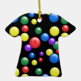 Gumballs multicolor en negro adorno de cerámica en forma de camiseta