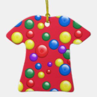 Gumballs multicolor en rojo adorno de cerámica en forma de camiseta