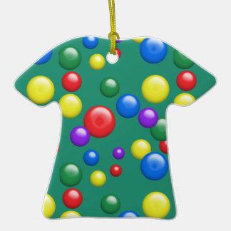 Gumballs multicolor en verde adorno de cerámica en forma de camiseta