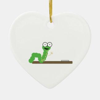 Gusano de libro adorno de cerámica en forma de corazón