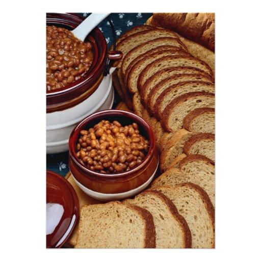Habas hechas en casa deliciosas y pan marrón anuncios