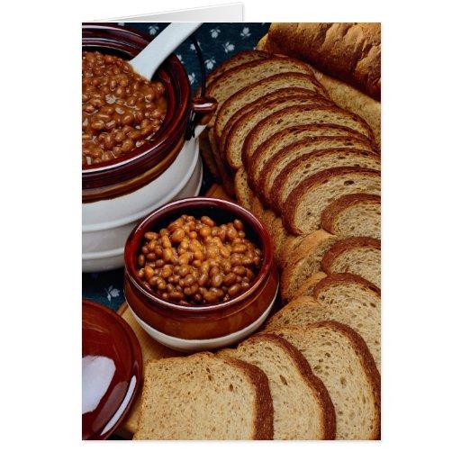 Habas hechas en casa deliciosas y pan marrón tarjetas
