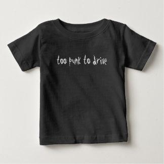 Habilidades de conducción divertidas de la camisa