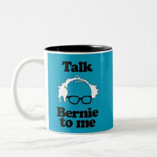 Hable a Bernie conmigo taza de café azul de dos