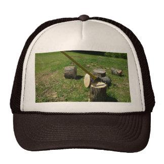 Hacha en madera gorra