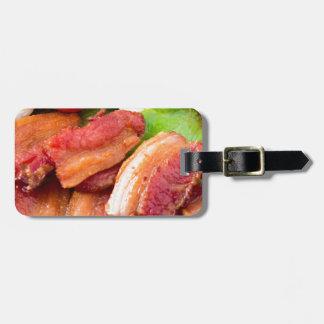 Haga fragmentos del primer del plato con la etiqueta para maletas