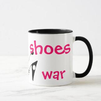 Haga guerra de los zapatos no la taza chistosa