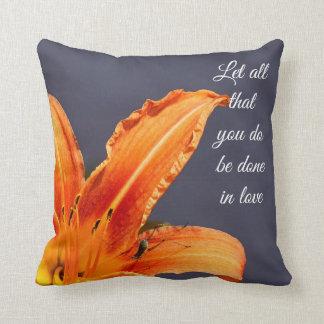 Hágase en lirio del amor con la almohada de tiro