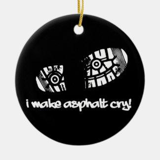 Hago que el zapato del grito del asfalto sigue el adornos de navidad