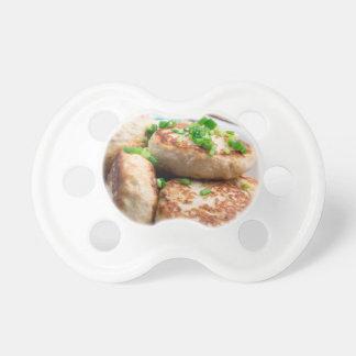 Hamburguesas del pollo y ensalada hechas en casa chupetes de bebé