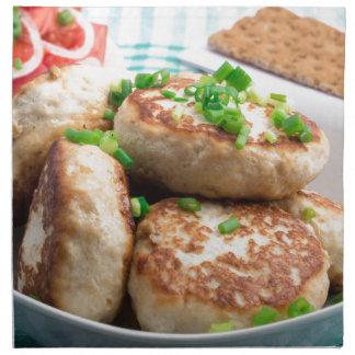 Hamburguesas del pollo y ensalada hechas en casa servilleta de tela