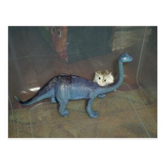 Hámster en un dinosaurio postal