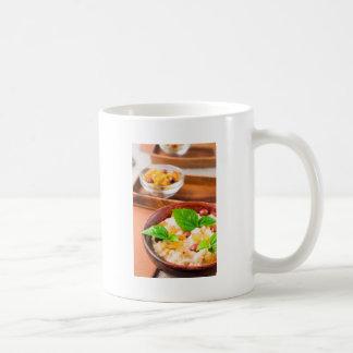 Harina de avena sana con las bayas, las pasas y taza de café