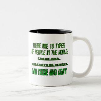 Hay 10 tipos de gente en el mundo taza de dos tonos