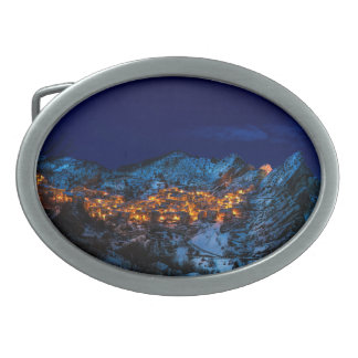Hebilla Ovalada Castelmezzano, noche del invierno de Italia -
