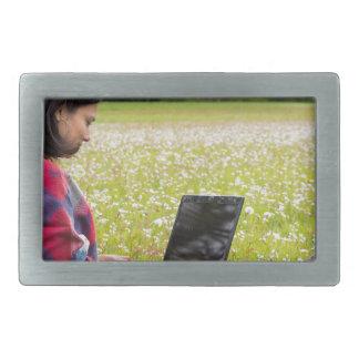 Hebilla Rectangular Mujer que se sienta con el ordenador portátil en