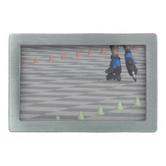 Hebilla Rectangular Piernas del individuo en patines en línea.
