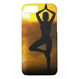 Hembra de la yoga por el océano en el caso del funda iPhone 7