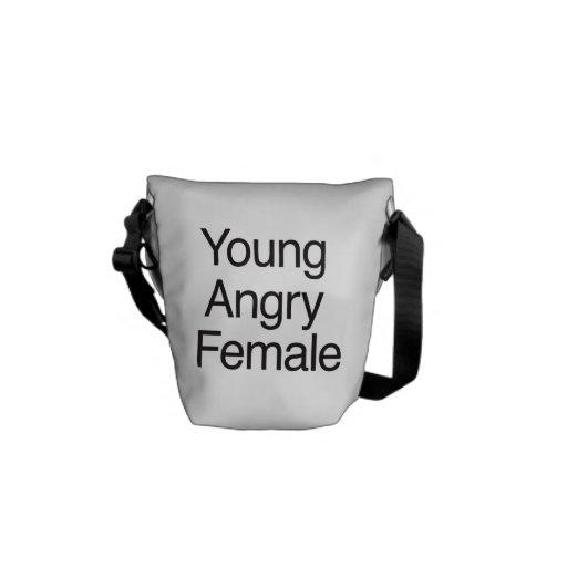 Hembra enojada joven bolsa de mensajería