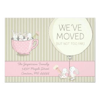 Hemos movido conejitos rosados y beige con las invitación 12,7 x 17,8 cm