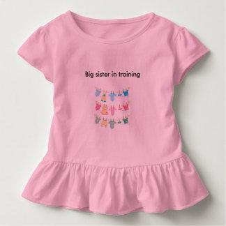 hermana grande en camiseta de los chicas del