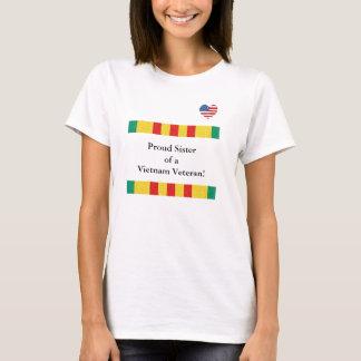 Hermana orgullosa de una camiseta del veterano de
